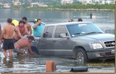 Alguém me ajuda a tirar o carro da água?