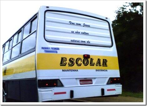 Ônibus escolar com mensagem do inferno